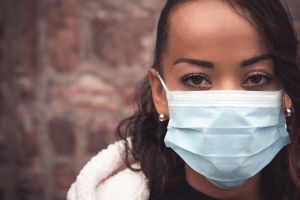 b_300_0_16777215_00_https___www.cemahospital.com.br_painel_storage_news_selective-focus-shot-young-woman-wearing-medical-mask-stay-safe-concept.jpg