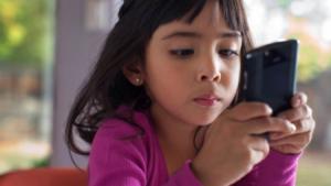 Child in smartphone 450