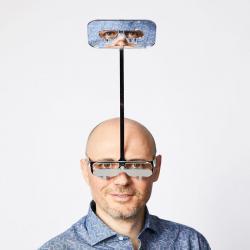 Inventor cria óculos que permitem que pessoas baixinhas vejam 30 centímetros acima