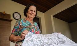 Com perda de visão, bordadeira de 90 anos mantém tradição do crivo na Grande Florianópolis
