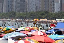 Praias lotadas aumentam risco de Covid-19 e conjuntivite
