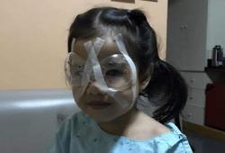 Menina de 4 anos faz cirurgia para não perder a visão depois de uso excessivo de celular