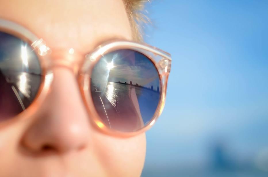1ff6cf3e31a7f No verão a maioria dos brasileiros protege a pele do sol, mas só 45% protegem  os olhos. É o que mostra um levantamento feito pelo oftalmologista Dr.  Leôncio ...