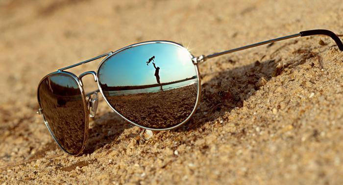 aea7e4b8c Cuidados com lentes de má qualidade devem ser redobrados, pois estas  ampliam a entrada da radiação ultravioleta. A utilização de óculos escuros  ...